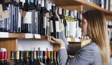 El packaging juega un papel fundamental, en este sentido, al ser responsable de la creación de un vínculo entre el vino y el consumidor. Los expertos en diseño de envase y embalaje así lo constatan: el poder del packaging del vino actúa en segundos, en aquellos por los que un cliente decide llevarse una botella y no otra.