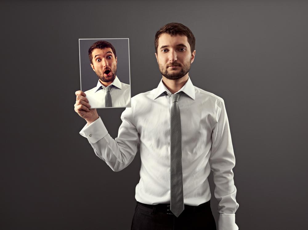 hombre mostrando sentimientos reflejados con una estrategia de branding emocional