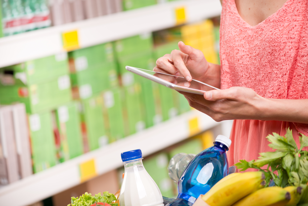 estrategia de branding en un supermercado mujer tecnologia