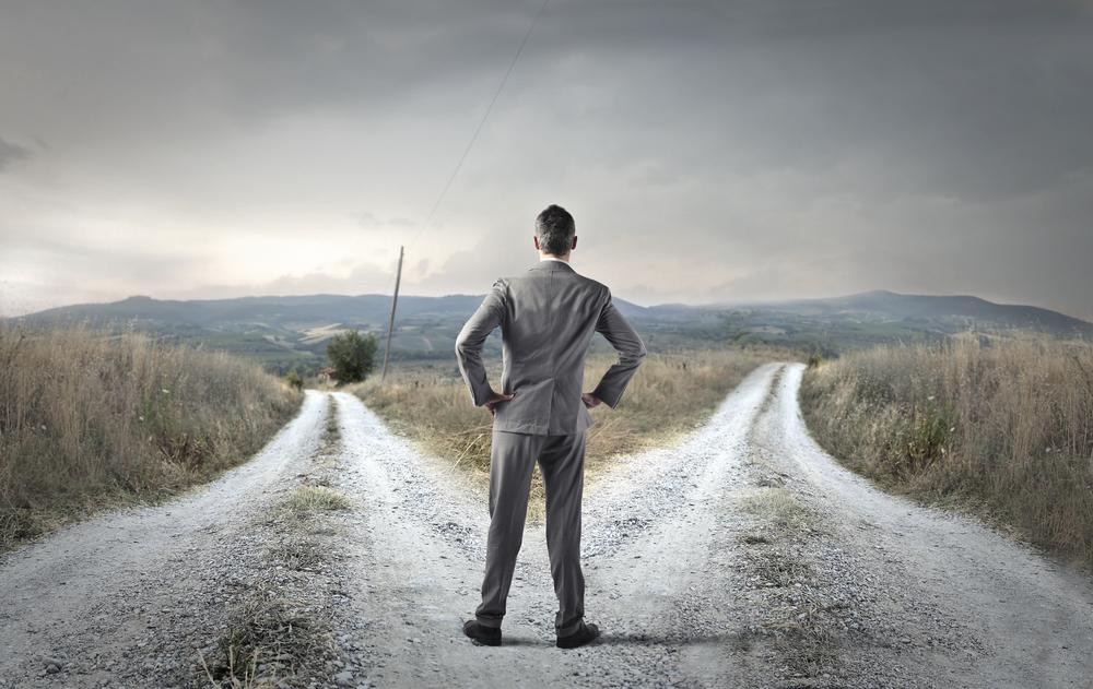 Un hombre reflexiona: ¿es mejor el restyling o el rebranding?
